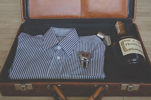 Kufor, košeľa, víno