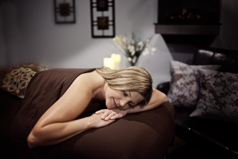 Relax, žena leží na posteli, oddych.jpg