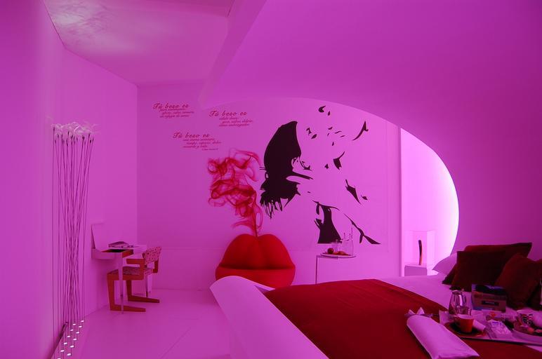 Izba, posteľ, romantické prostredie, relax, príjemné.jpg