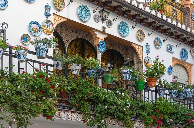 Balkón vo vidieckom štýle s množstvom zelene.jpg