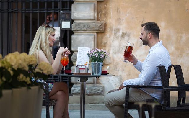Muž a žena sedia spolu pri stole a debatujú spolu.jpg
