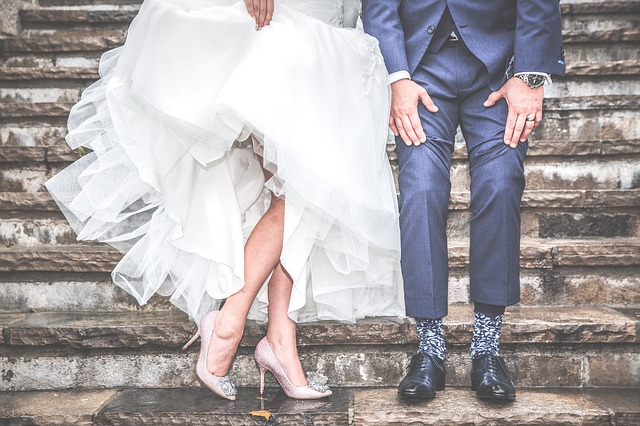 Nevesta vo vysokých podpätkoch a ženích v obleku stoja na schodoch.jpg