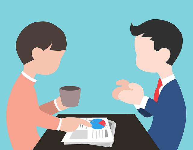 Dve kreslené postavičky sedia oproti sebe pri stole a diskutujú.png