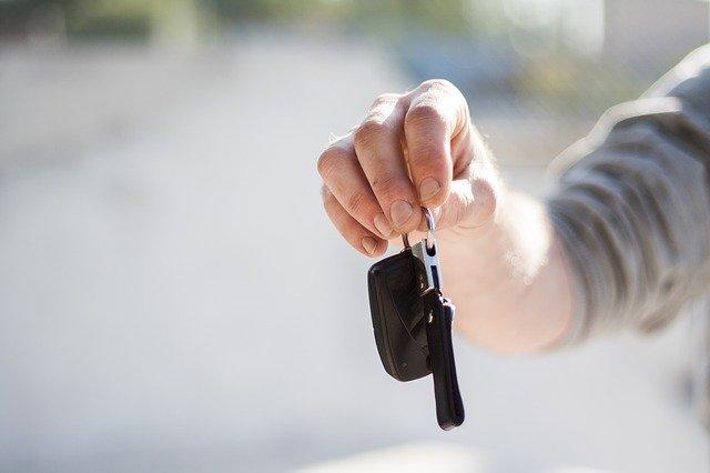 Muž drží v ruke kľúče od auta.jpg