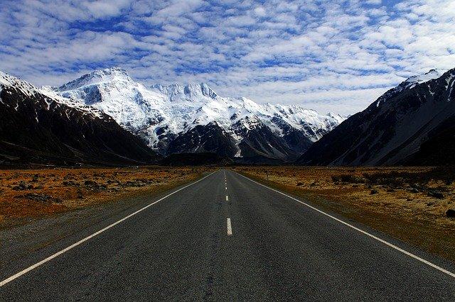 Pohľad z auta na cestu uprostred hôr.jpg