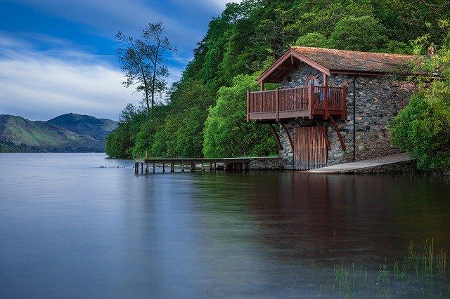 Kamenný dom na brehu jazera