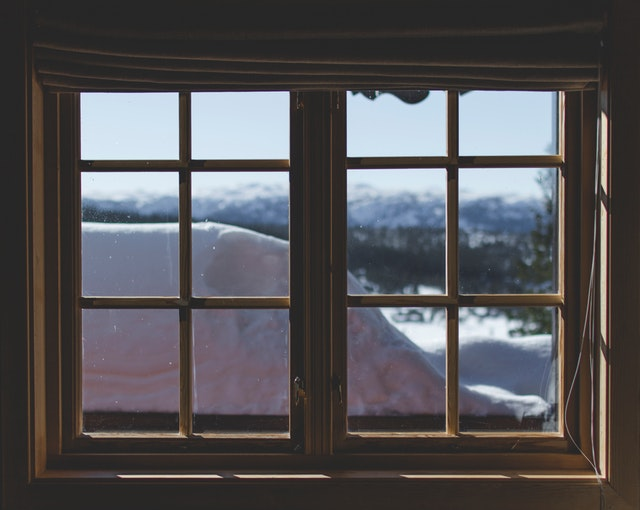 Okno, za ktorým je kopec snehu